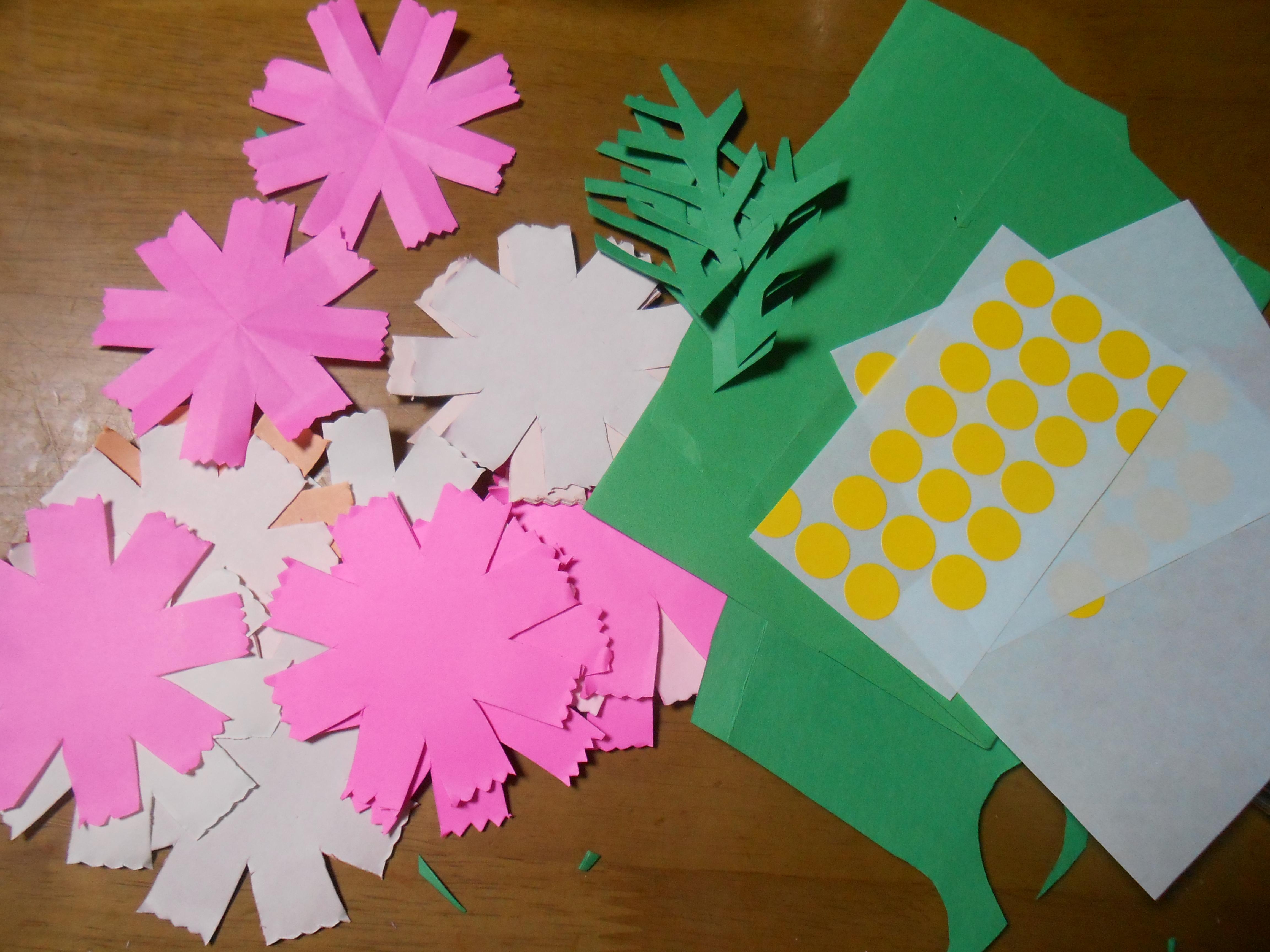 コスモス色の折り紙と黄色い ...
